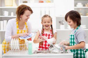семья и домашние обязанности, мытье посуды, картинка