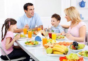 семья семейные отношения и домашние обязанности, семейное собрание за столом, картинка