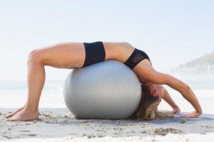 упражнения для спины женщинам, мостик на фитболе, картинка