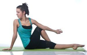 упражнения для спины женщинам в домашних условиях, повороты сидя, картинка