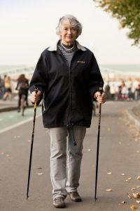 пожилая тетя и скандинавская ходьба