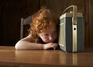 ребенок слушает музыку на магнитофоне фото
