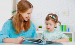 мама читает книжку пятилетнему ребенку, картинка
