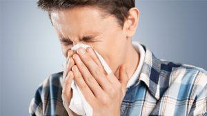 мужчина чихает, насморк, простуда, картинка