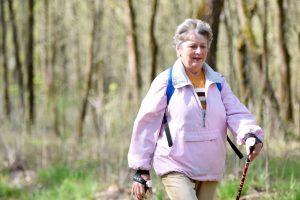скандинавская ходьба как эффективная профилактика остеопороза, картинка