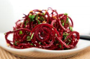 полезные свойства сырой свеклы, салат, картинка